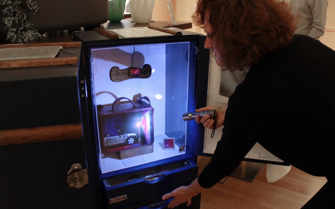 "Mya Lurgo mostra l'esposizione ""Wunderkammer"" contenuta all'interno di 1st Class Artery, una galleria a forma di baule"